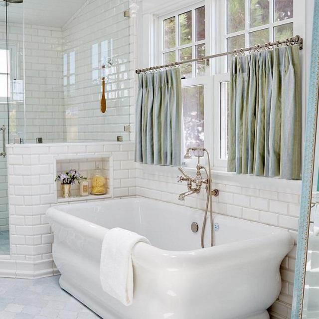 Окно в ванной в стиле прованс оформлено короткими занавесками из блестящего сатина