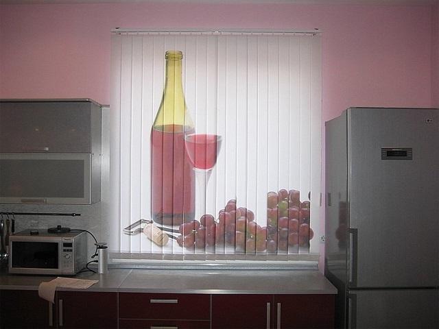 Фотожалюзи с изображением вина хорошо смотрятся на кухне добавляя аппетит к вашим блюдам