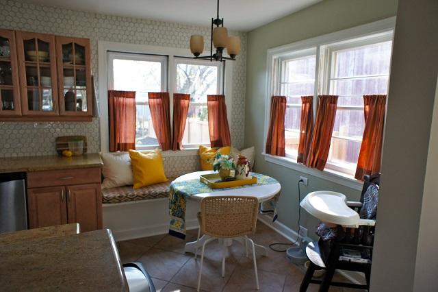 кухня в классическом современном стиле со шторами кафе