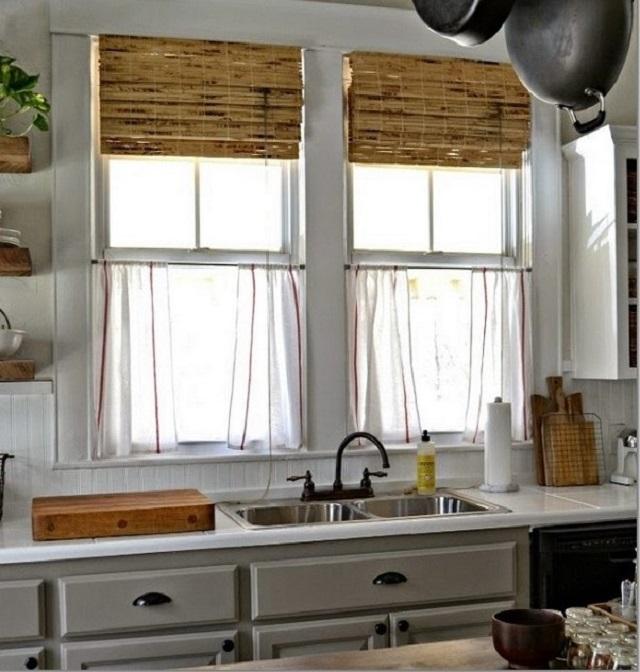 шторы кафе в тандеме с бамбуковыми римскими занавесками