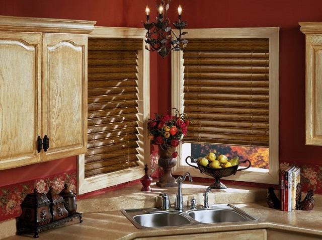 Жалюзи с деревянными ламелями всегда выглядят презентабельно особенно на кухне