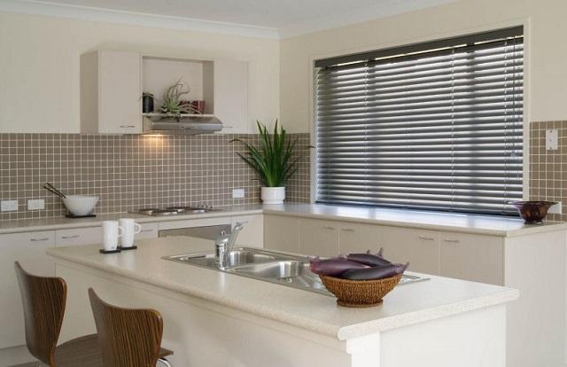 Горизонтальные жалюзи для кухни в стиле минимализма или хай-тек