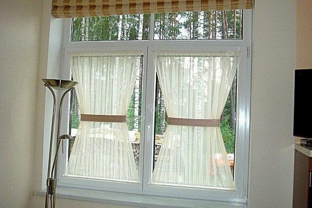 шторы в форме бабочки продетые через два карниза сверху и снизу и перехваченные посередине лентой