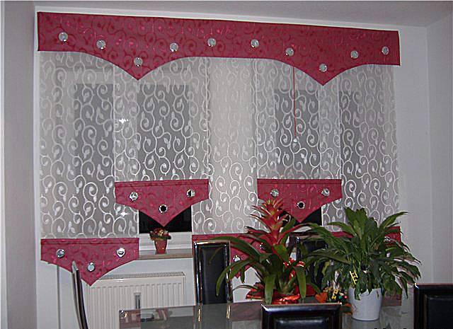 Короткими прозрачными шторами с декоративными треугольными вставками