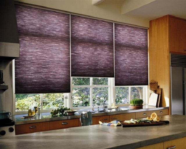 окно в кухне декорированое рольшторами