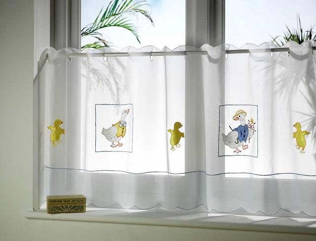 сама стилистика деревенских штор дает возможность проявить фантазию