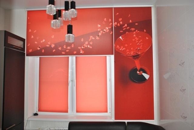 Для маленькой кухни можно выбрать рулонные шторы в нестандартном декорировании