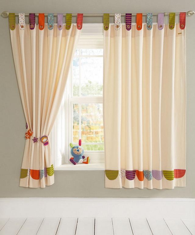 Разноцветные веселые петельки на кнопках и забавные подхваты-игрушки на шторах в детскую