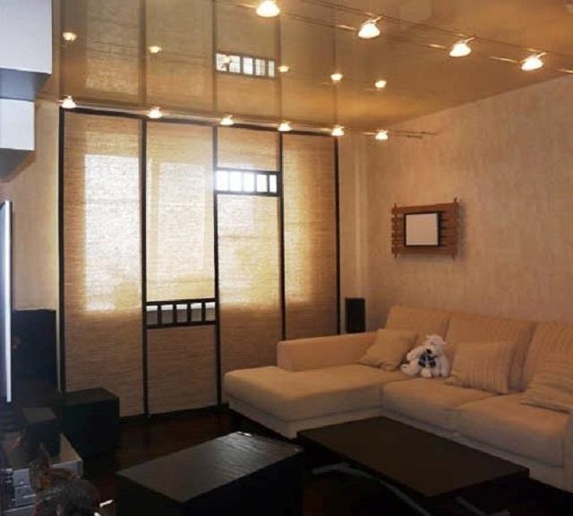 Спокойная монотонность лаконичного бежевого интерьера оживляют оригинальные ассиметричные вставки в японских шторах