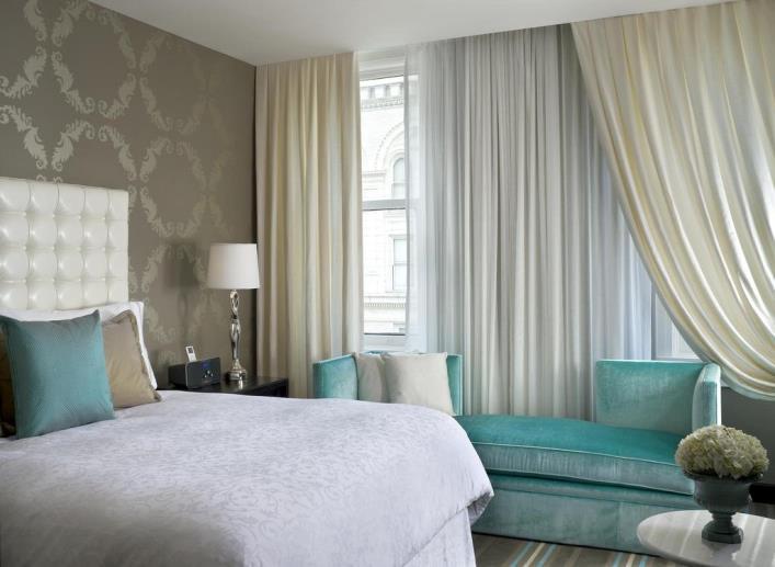 Жемчужные гардины и молочные шторы в спальне