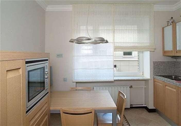 белые римские шторы в кухне