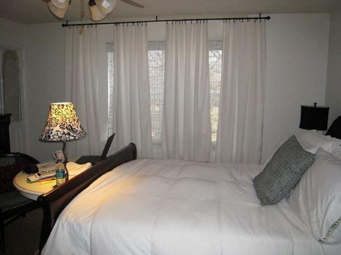 белые шторы блэкаут в интерьере спальни