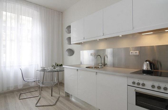 белые шторы для кухни