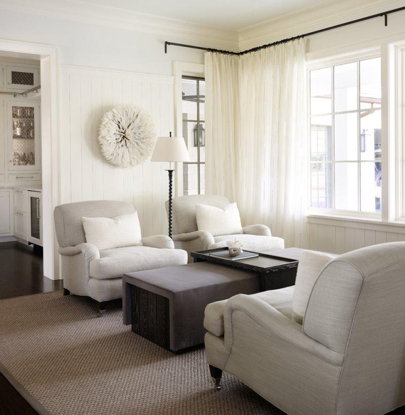 белые шторы и черный карниз