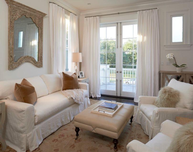 белые шторы на выходе на балкон