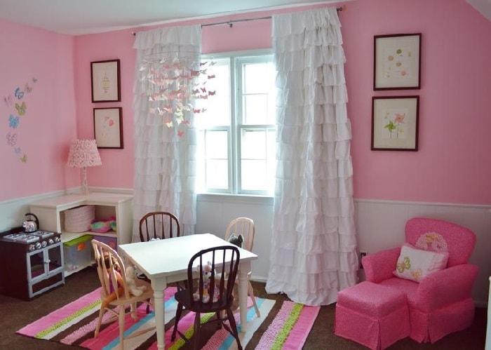 белые шторы в детской с розовыми стенами