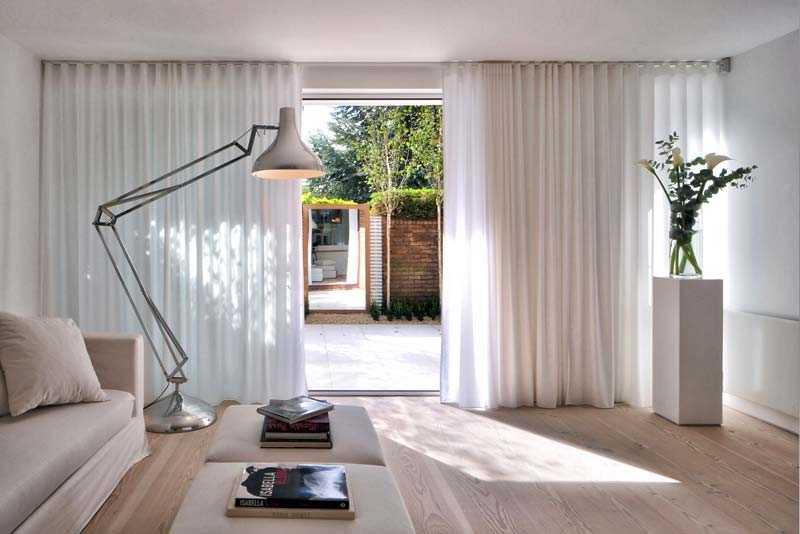белые шторы в доме