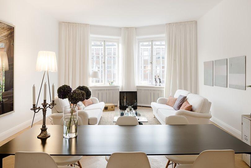 белые шторы в гостиной с двумя окнами углом
