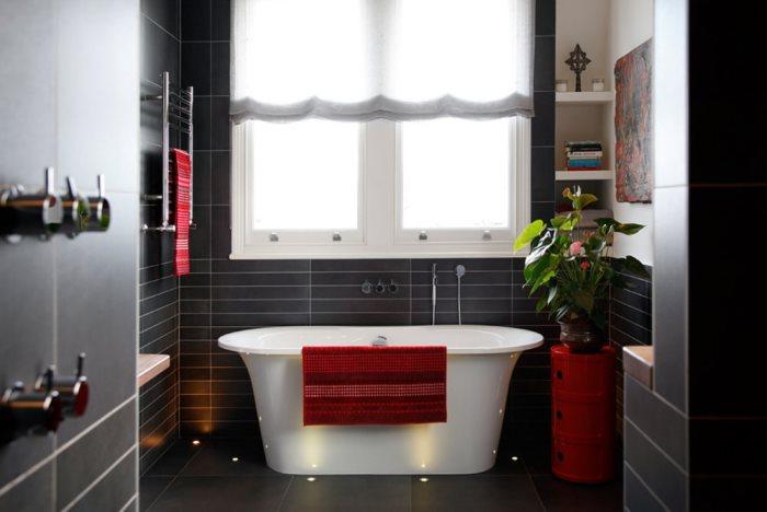 белые шторы в ванной с темными стенами