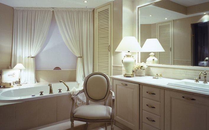 белые занавески и белые рулонные шторы в ванной