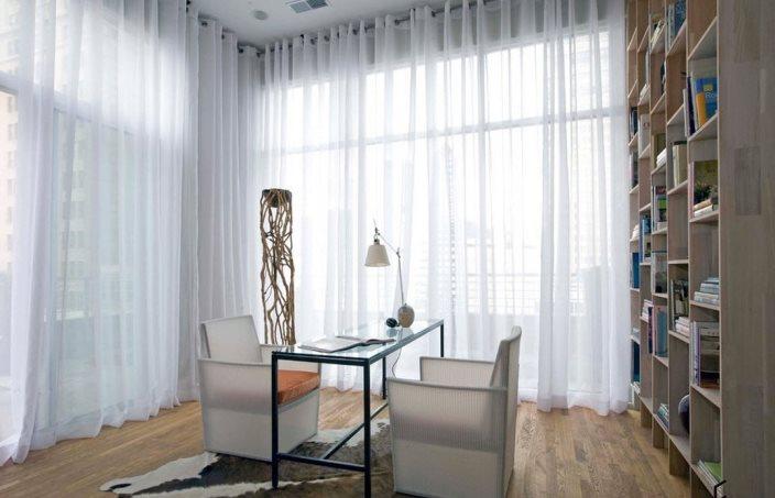 белые занавески в пол на панорамных окнах