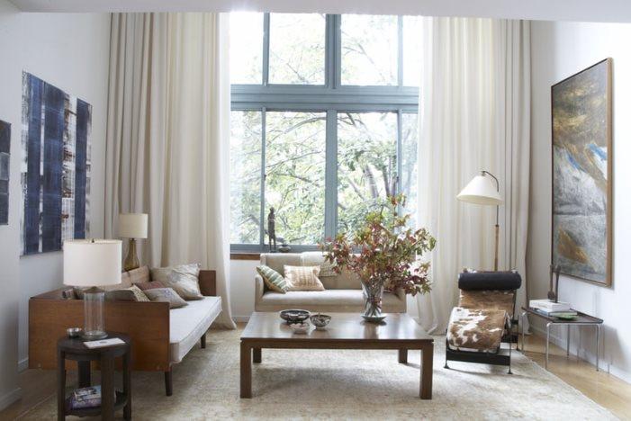 шторы жемчужного цвета в гостиной