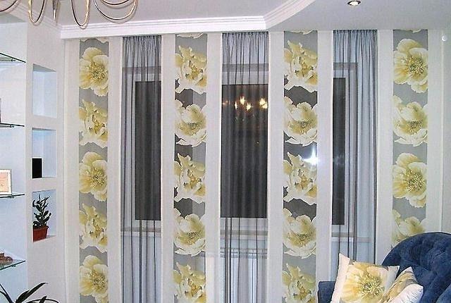 Японские шторы в контрасте с темным тюлем