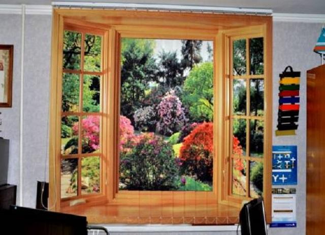 Фотография на жалюзи помогает «сотворить» за окном любой пейзаж, например, создать иллюзию великолепного цветущего сада