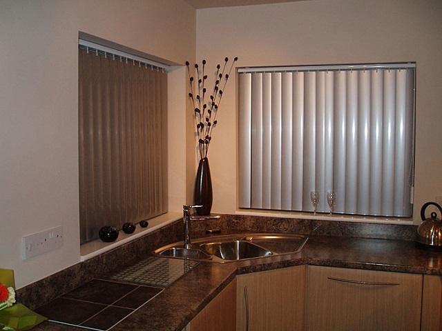Пластиковые вертикальные жалюзи на кухне