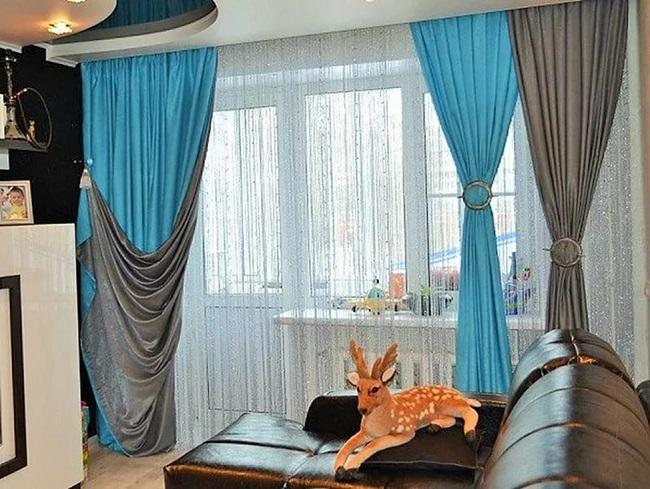коричневые и голубые шторы в интерьере небольшого зала