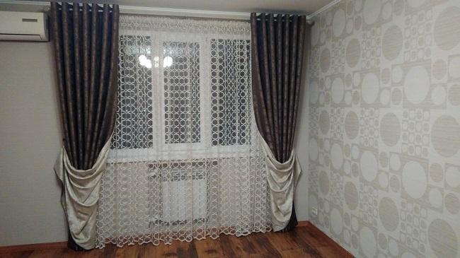 двусторонние шторы из ткани блэкаут в зале