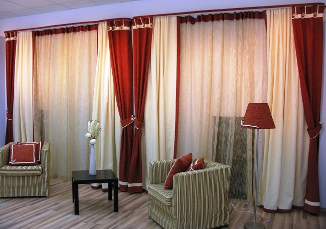 вертикальное комбинирование штор двумя цветами в зале