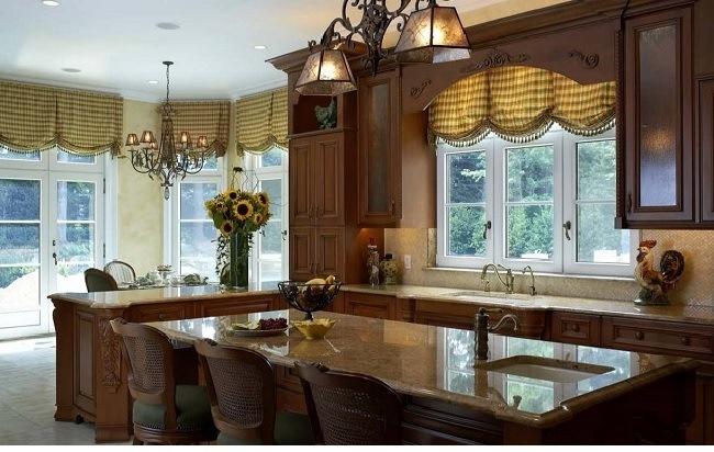 английские шторы в просторной столовой - кухни