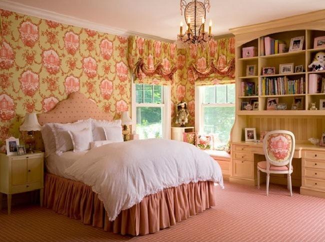 Английский стиль в спальне с единым декором для штор стен и мебели