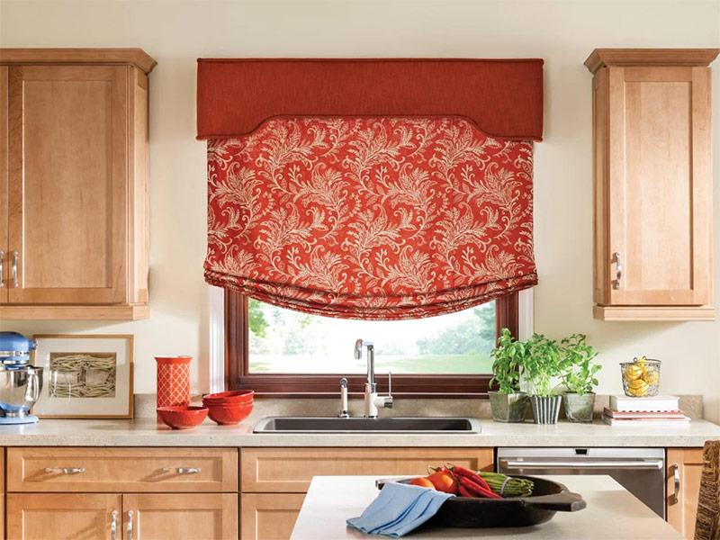 Бескаркасные римские шторы на кухню