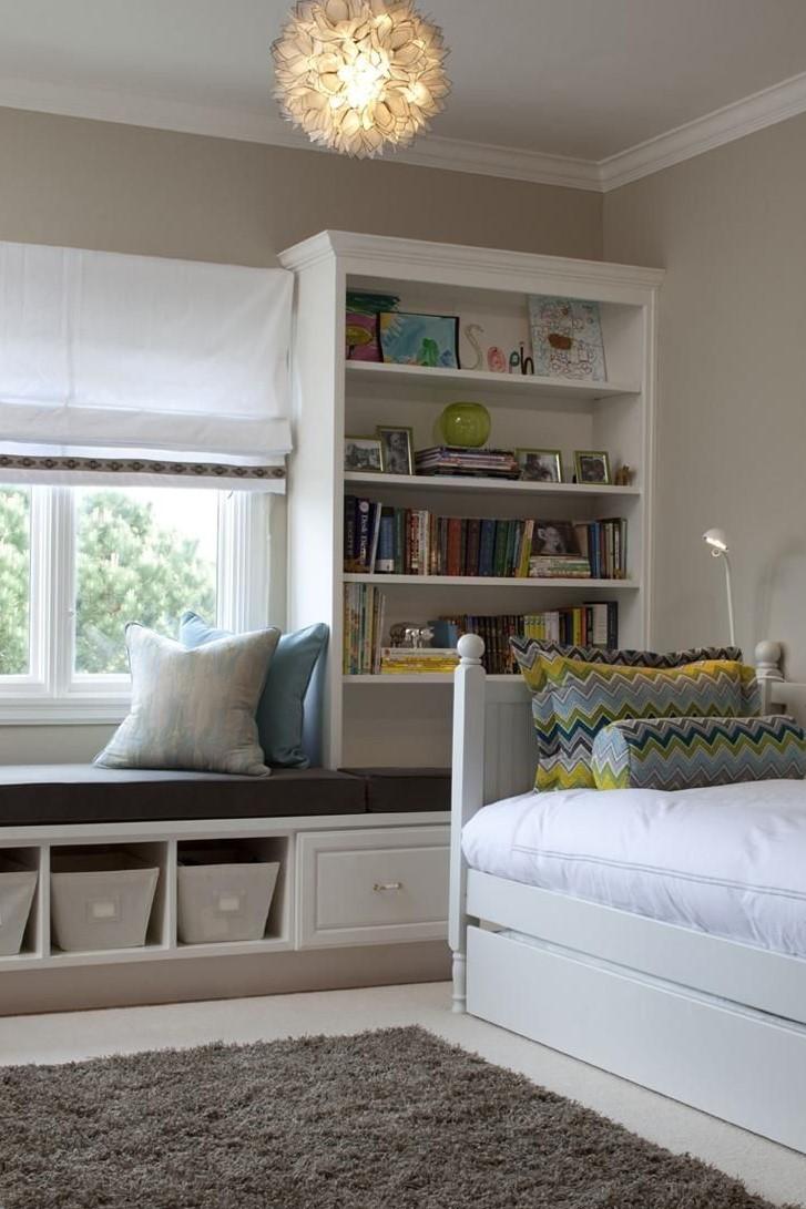 Греческие шторы в комнате с посадочным местом под окном