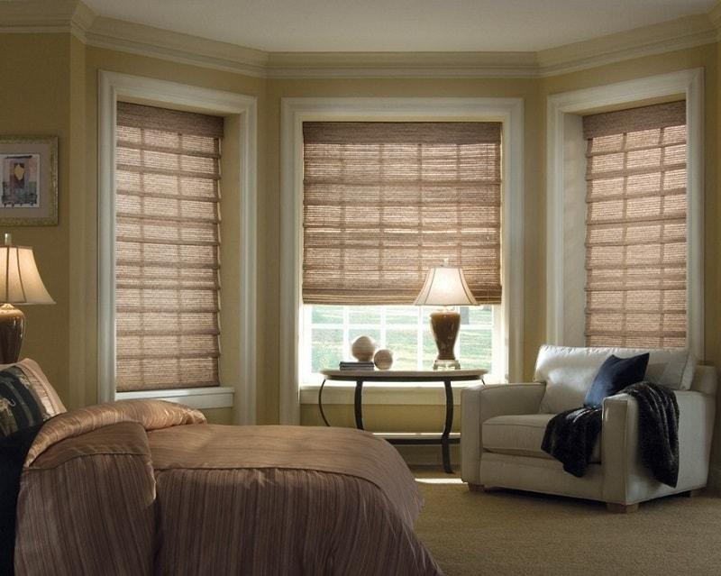 Колониальный стиль спальни с римскими шторами