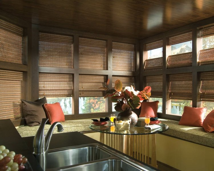Кухня в стиле шале с римскими шторами из соломки