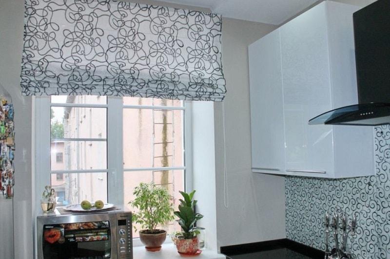 Подъемные римские шторы на кухне