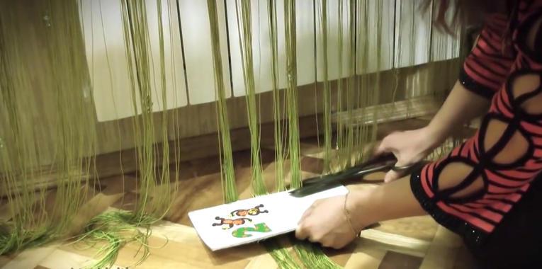 Подрезать шторы нити при помощи картонки