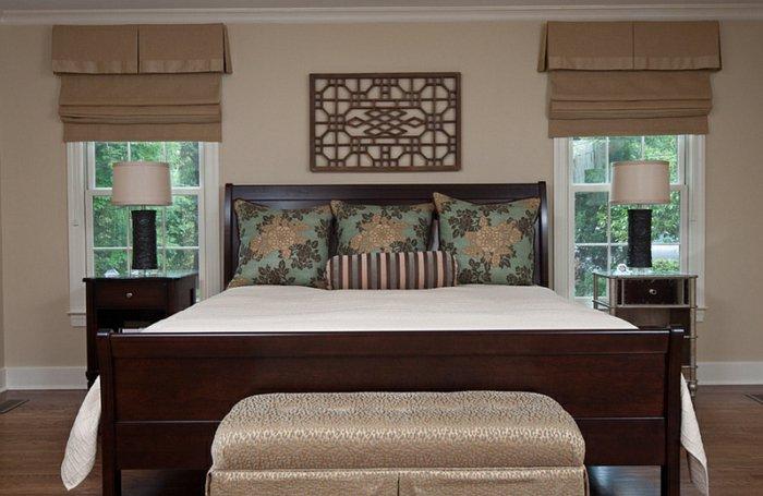 Римские шторы в сочетании с ламбрекенами для спальни