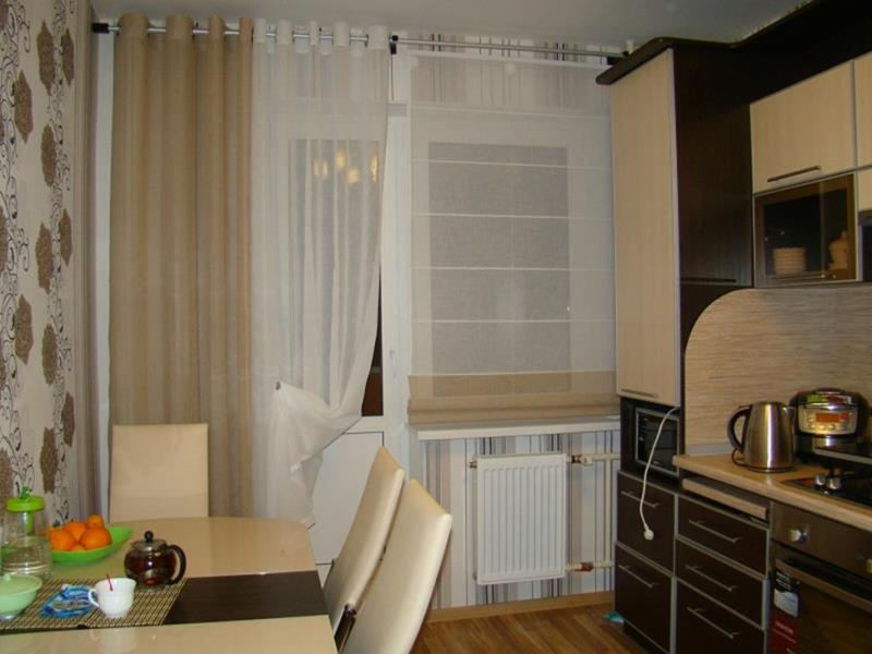 Римские шторы в сочетании с портьерами на кухню