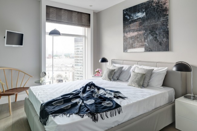 Спальня в стиле хай-тек с римскими шторами