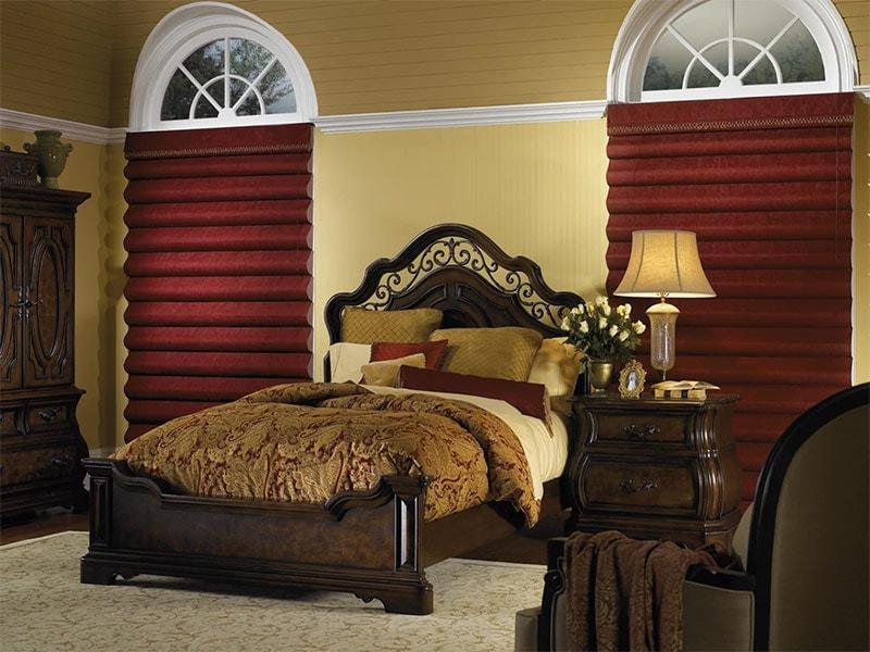 Темно красные каскадные римские шторы