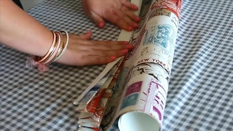 Для штор из бумаги делаем гармошку из обоев