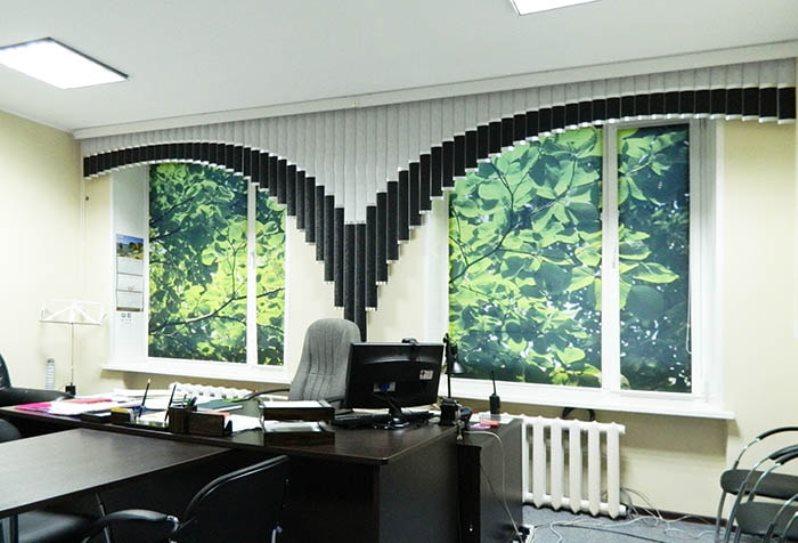 Мультифактурные жалюзи в соременном офисном помещении