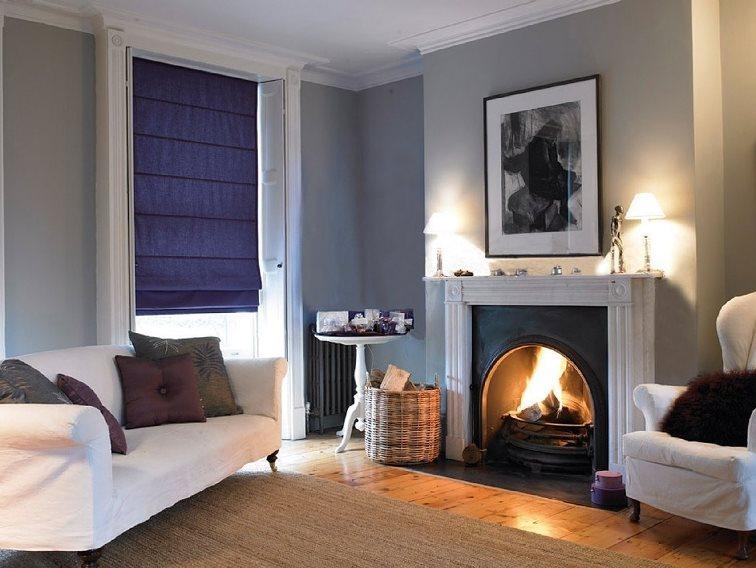 однотонные римские шторы в интерьере гостиной