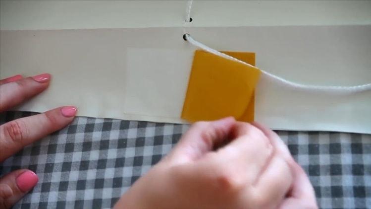 Приклеиваем двусторонний скотч на середину крайней полосы жалюзи из обоев