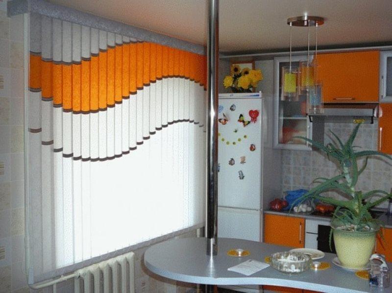 Сочетание цветов мультифактурных жалюзи с кухонной мебелью