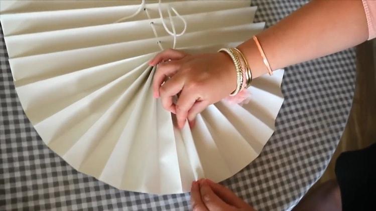 Сжимаем нижние складки обоев для штор